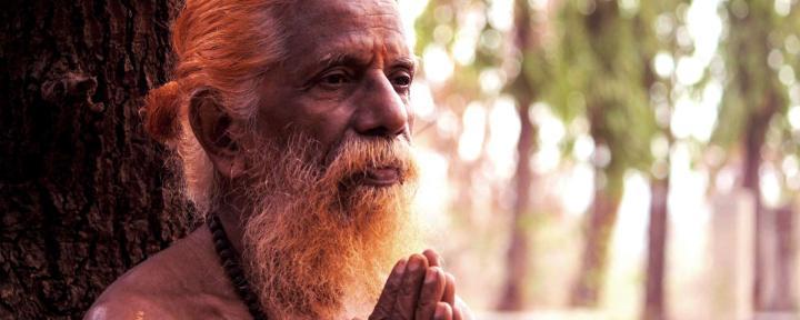 Indisk man som ber med handflatorna ihop