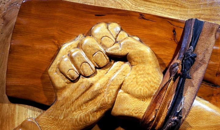 Jesus på korset håller en människas hand för att rädda personen