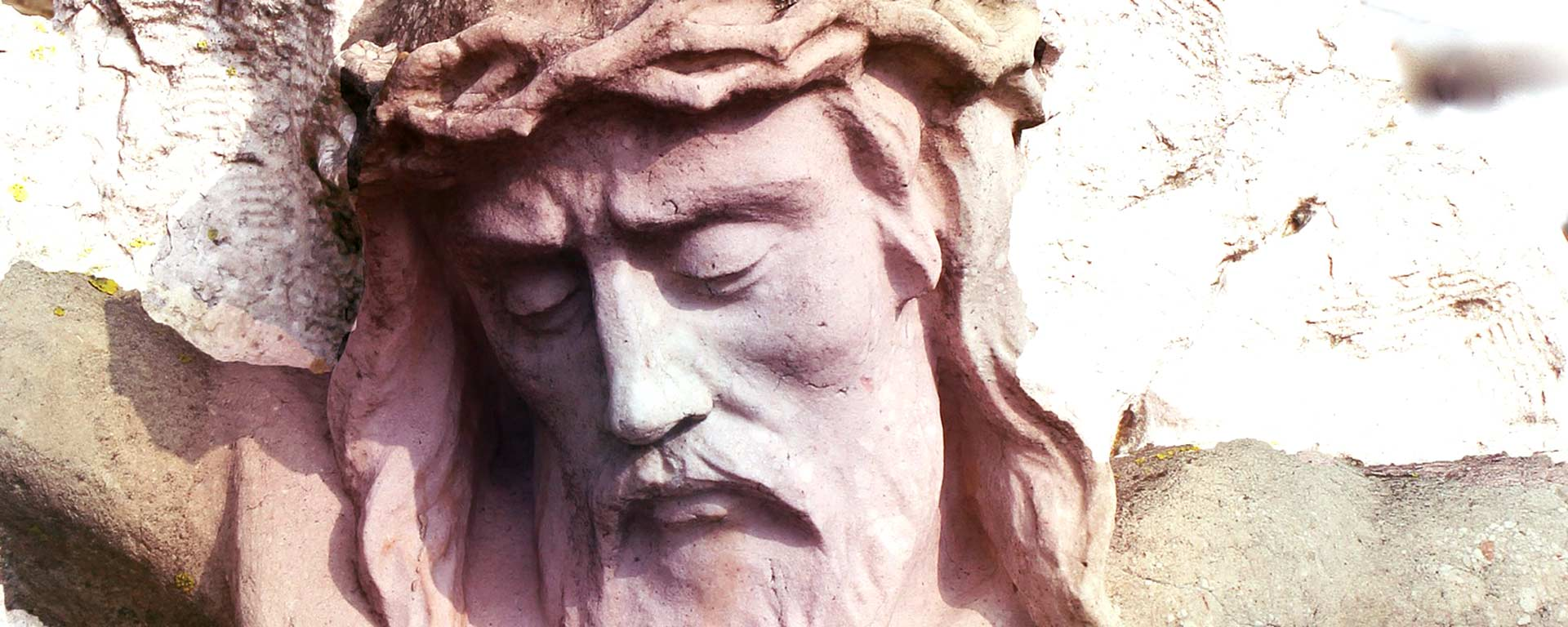 Stenskulptur av Jesus på korset