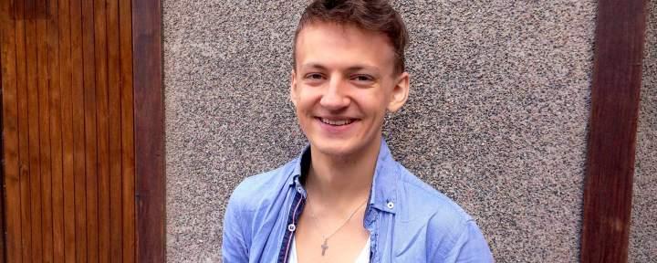 Porträtt av en leende John som har bett för människor som blev helade i armar och ben