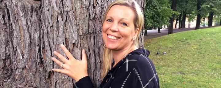 Porträtt av Anneli Ahl före detta professionellt medium ståendes ute i naturen